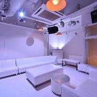 [歓談スペース] 白で統一された空間など多彩なラウンジをご用意