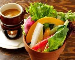 新鮮野菜の特製バーニャカウダは自家製のソースで。