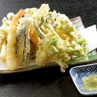 四季折々の山の食材を楽しむ天ぷら盛合せはお薦め!