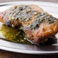 ジューシーな肉と自家製ソースの相性抜群な国産炭火鶏ステーキ串