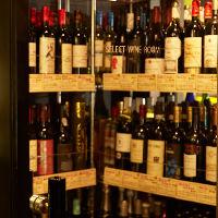 ウォークインのワインセラーでとっておきの1本をお選びください