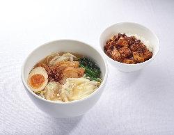 具沢山ワンタン春雨麺とミニ麻婆ご飯のセットです。