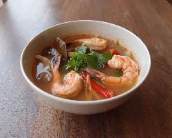 トムヤムクン(エビとハーブの辛くて酸味のあるスープ)