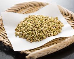 粒ぞろいの信州産の蕎麦の実は、蕎麦味噌などのツマミにもなる。