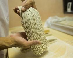 太くて黒いイメージの田舎蕎麦を細く洗練された蕎麦に仕上げる。