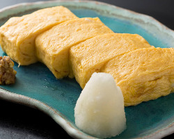 出汁の味がきいた出汁巻き玉子には自家製蕎麦味噌が添えられる。