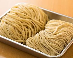 使う麺は2種類。東久留米にある有名製麺所から取り寄せている。