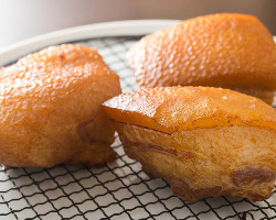 前菜やパスタに使うベーコンは、富士山麓の豚肉でシェフが作る。