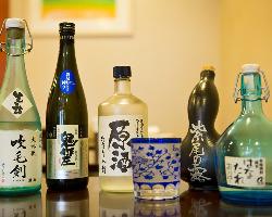 料理の味に合わせ、ワインばかりか鹿児島の焼酎や日本酒も揃う。