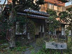 古民家を生かした店舗。自然と融合し、日本の原風景を思わせる。