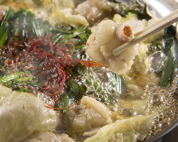 名物の『もつ鍋』プリプリのもつと鍋の出汁の旨味をどうぞ。