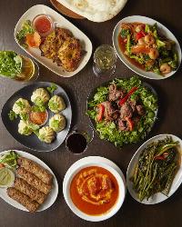 名酒片手に釜焼き料理などのエスニック料理をお楽しみください♪