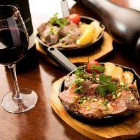 鉄板でアツアツのお肉は赤ワインと一緒にどうぞ♪
