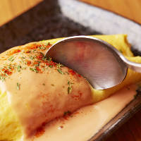 ふわふわ卵の風味が味わえる「大人気!特製オムレツ」をどうぞ