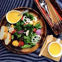 色とりどりのサラダプレート!ランチはお得にパンとスープ付き!