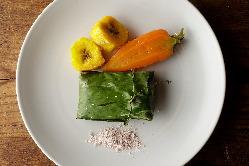 日替わりの前菜の一例「ヒラメのバナナの葉包み焼き」。