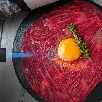 仙台牛の炙り肉寿司と馬肉の4種盛りはオープンからの名物料理!