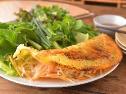 ベトナム風のお好み焼き「バインセオ」はパリパリの食感。