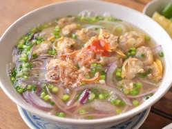 深みのあるスープと独特の食感がクセになる「あさりのフォー」。