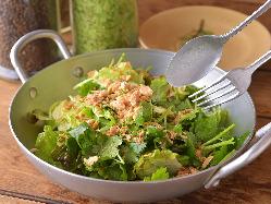 パクチーをふんだんに使った「香菜のサラダ」は前菜におすすめ。