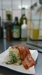「炙りベーコンのポテサラ」ビールやワインの箸休め的おつまみ。
