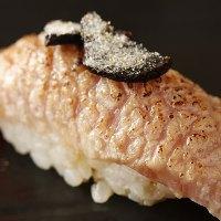 ヒマラヤ岩塩で食べる、大トロ炙りトリュフのせ
