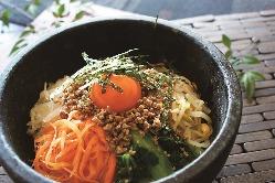 飯類、麺類、スープは気軽に食べられるハーフサイズもご準備◎