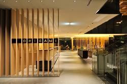 メインロビーから格子のデザインがつづく、和モダンな空間。