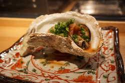 『殻付き焼き牡蠣』シンプルな牡蠣の美味しさをご堪能ください。