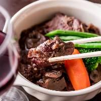 [創作酒肴] 地頭鶏もも肉たっぷり赤ワイン煮など目鱗の絶品多数