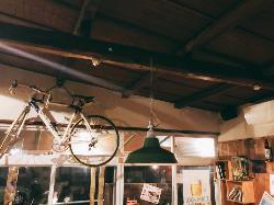 手作り家具にこだわった、山小屋風の落ち着いた雰囲気の店内。