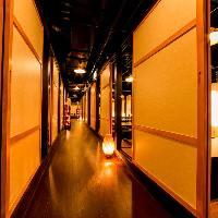大小の個室が連なる全席完全個室のプライベート空間。