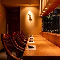 臨場感を味わえるカウンター席は神楽坂でのデートに最適な空間。