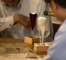 [新宿の大衆酒場] 肩肘張らず楽しむがぶ飲みワイン&肉