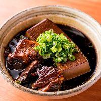 当店一押し!牛スネ肉を使用した酒場の定番メニュー『肉豆腐』