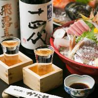 月替わりの地酒50種とともに鮮魚の「刺身」をお楽しみください