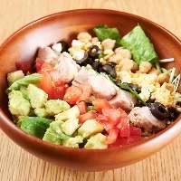 カラフル野菜がまぶしいコブサラダ