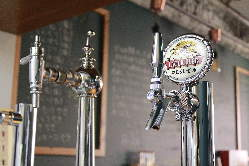 昭和と平成のサーバーで同じビールの味わいが変わる!