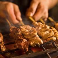 看板メニューの熟成地鶏の炭火焼きは必食! 旬の味覚をどうぞ!