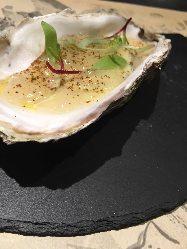 今の時期なら牡蠣がオススメ。 スパークリングワインとどうぞ。