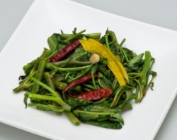 スパイスにこだわり、ほうれん草の炒め物にもクミンを使用。