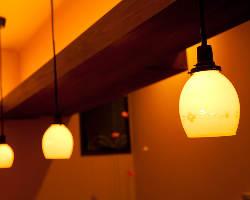 大正・昭和期のアンティーク照明が店内をやさしく照らす。