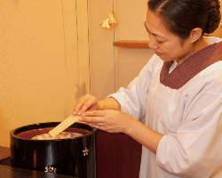 炭火で仕上げる炙り味噌を肴に一杯。至福のひとときだ。