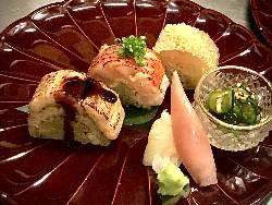 築地仕入の天然の魚を十割蕎麦と合わせた蕎麦寿司。