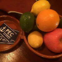 フレッシュな果物を飾ったカクテルなどもございます