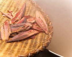 【伝統の味】 特注厚削りの本枯れ鰹節をじっくり煮出します