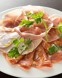 1品料理も充実♪ピッツァやパスタに加えていかがでしょうか。