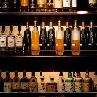 各国から厳選したウイスキーは常時200種以上が揃います