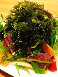 塩ドレッシングで食べる、海ぶどうサラダ♪