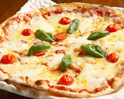 ピザの定番マルゲリータは本格的で風味豊かな味わい◎